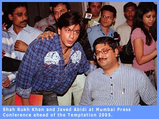 A picture of SRK and Javed Abidi
