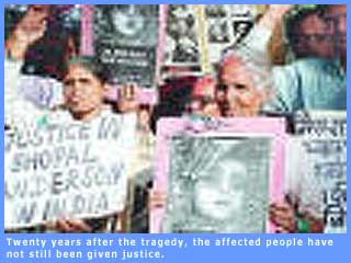 Picture of Bhopal gas tragedy victims at a rally agitating for justice.