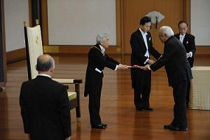 Dr. V. Krishnamurthy receiving the Award from Emperor Akihito