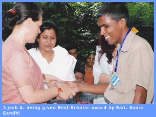 Picture of Jijesh being given Best Scholar award by Smt. Sonia Gandhi