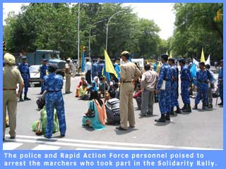 Picture of police and paramilitary personnel ready to arrest the rallyists